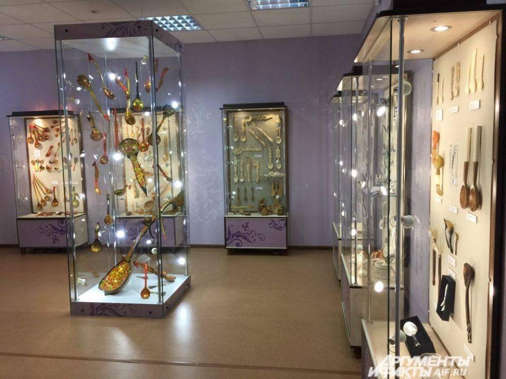 «Ложкопад» - коллекция хохломы. Ложки для музея эксклюзивно расписывались мастерами Хохломской фабрики, заслуженными художниками России. На выставке посетители узнают секрет золота хохломы.