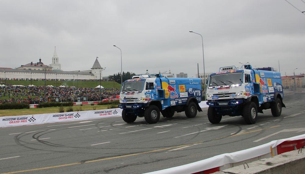 КАМАЗ-Мастер устроил показательные заезды под Казанским кремлем. В день города здесь прошло шоу Kazan City Racing.