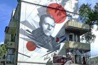 Одни люди украшают город, другие делают из него фавелы. Например, на одном доме можно нарисовать красивый портрет, но вид всё равно портят как попало застекленные балконы.
