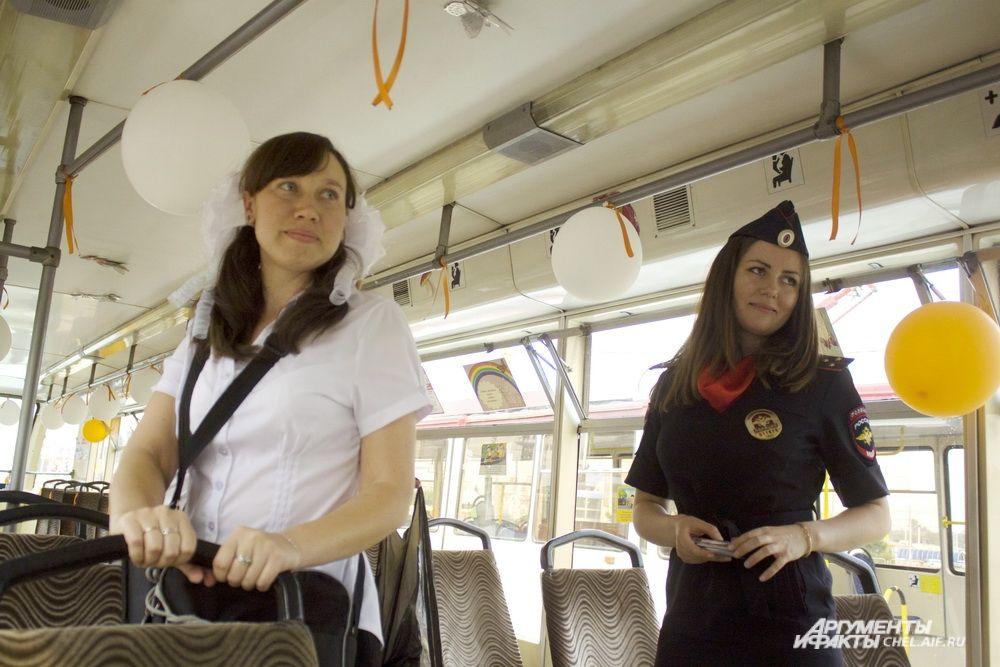 Кроме нарядного кондуктора, трамвай сопровождает сотрудница ГИБДД.