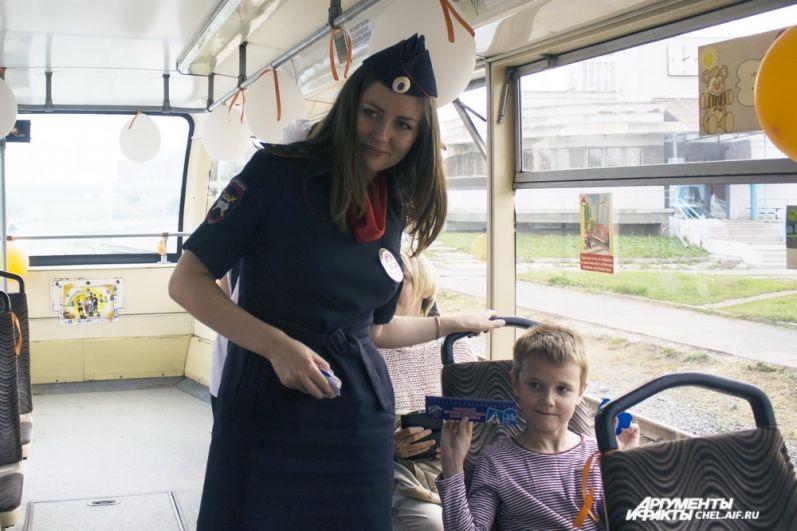 Маленьким пассажирам рассказывают о правилах дорожного движения и дарят небольшие сувениры.