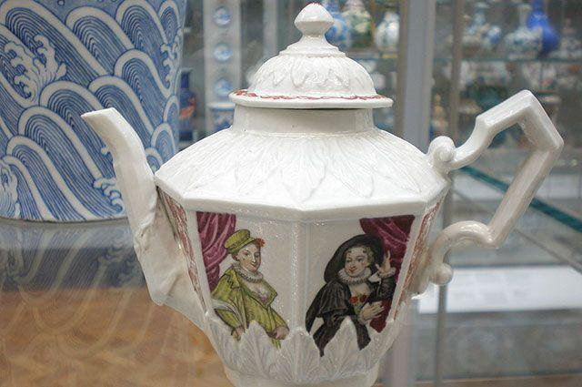 Чайник Вецци, ок. 1720 г. Основатели фабрики использовали промышленный шпионаж, чтобы узнать секрет производства китайского фарфора.