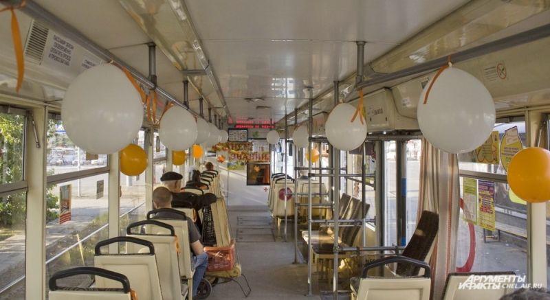 Салон вагона украшен воздушными шарами, на протяжении всего маршрута звучат детские песни.