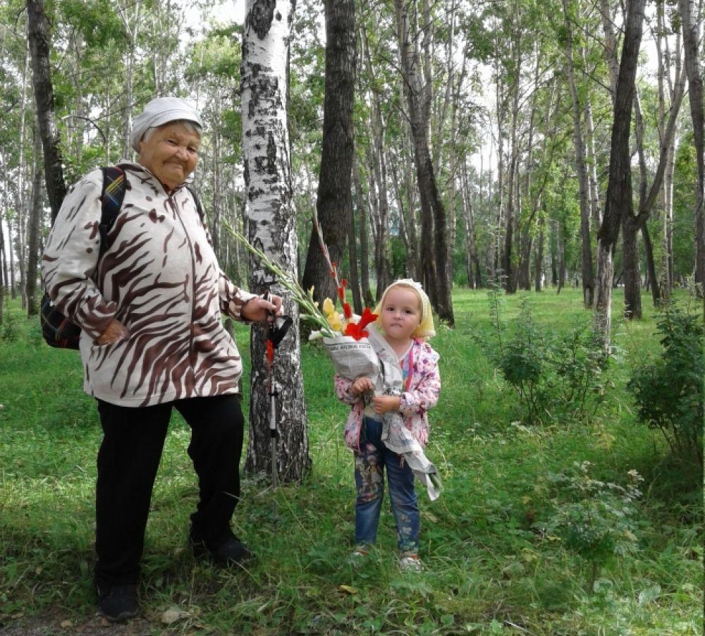 Уварова Нина Александровна из Слюдянки с внучкой Диной.
