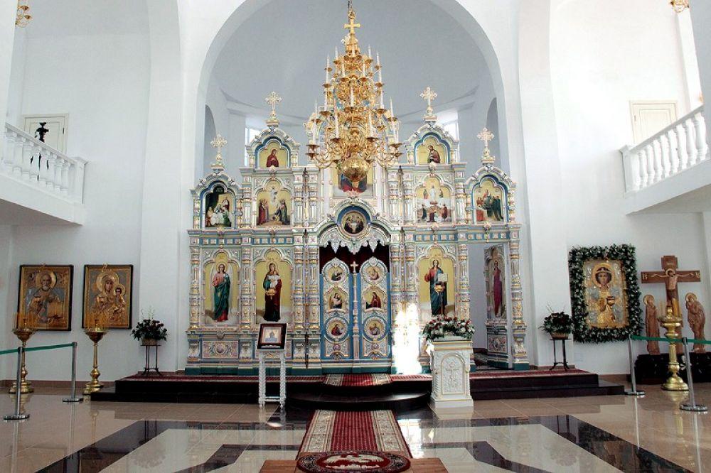 В храме установлен уникальный иконостас из фарфора.