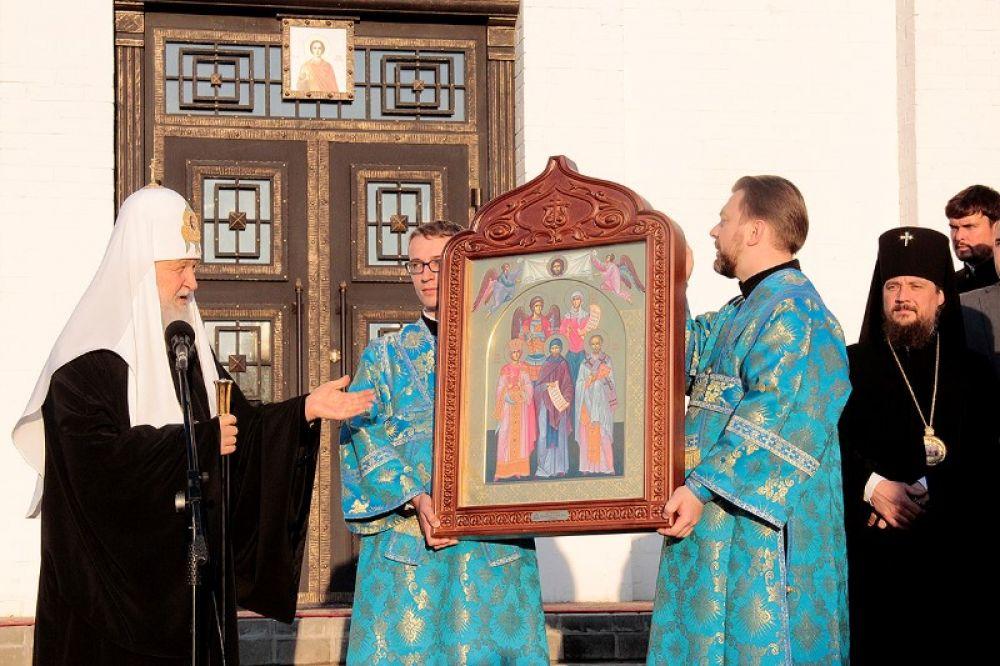 Патриарх Кирилл передал в дар новому храму икону святых угодников Святителя Николая, Святого равноапостольного Кирилла и Святой царицы Елены.