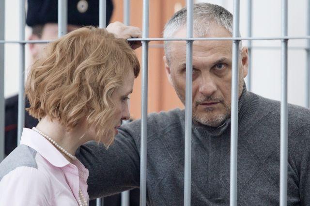 Экс-губернатора Сахалина иего советника увезли иззала суда наскорой