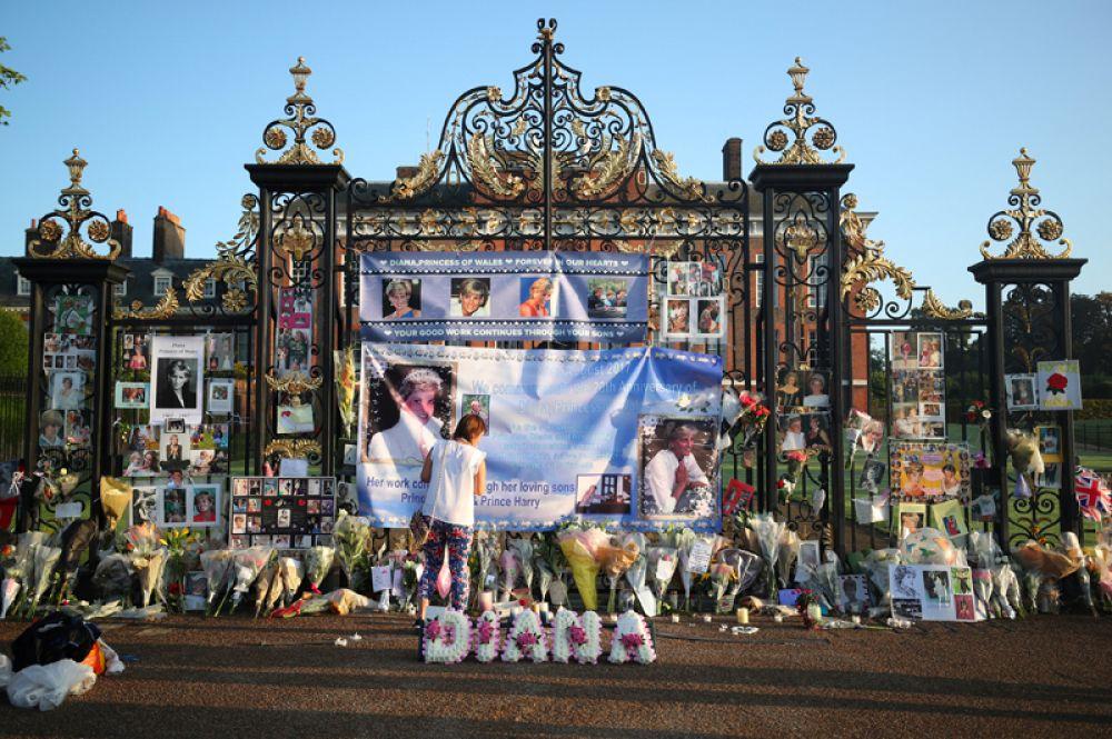 Цветы в память о принцессе Диане у ворот её прежней резиденции в Кенсингтонском дворце в двадцатую годовщину её смерти, Лондон.
