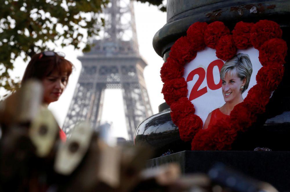 Портрет принцессы Дианы на памятнике «Пламя Свободы» рядом с мостом Альма в Париже.