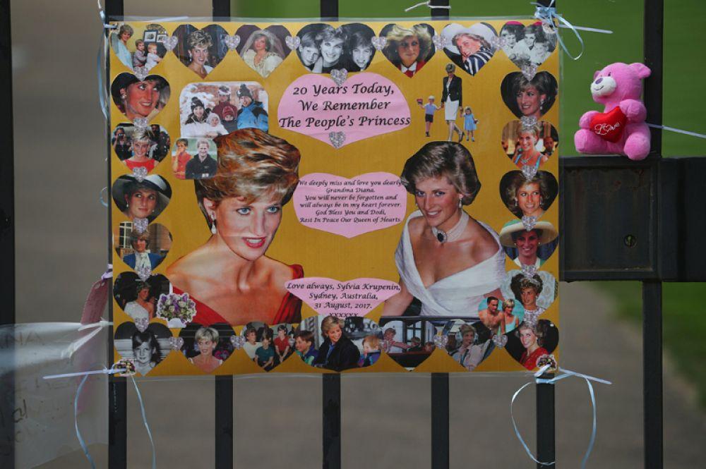Фотографии Дианы на воротах Кенсингтонского дворца.