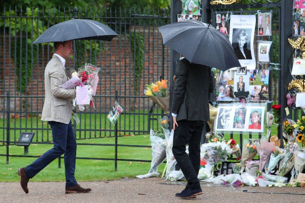 Почтить память Дианы пришли её дети: принц Гарри и Уильям.