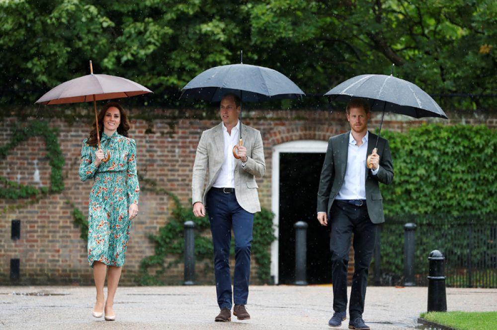 Британский принц Уильям, его супруга Кэтрин и принц Гарри посетили Белый сад в Кенсингтонском дворце, где к 20-летию со дня гибели принцессы Дианы подготовили огромную цветочную композицию из 12 тысяч белых цветов.