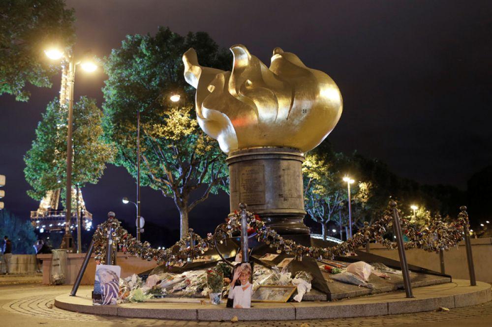 После того, как в туннеле под мостом погибла английская принцесса, монумент превратился в стихийный мемориал в её честь.