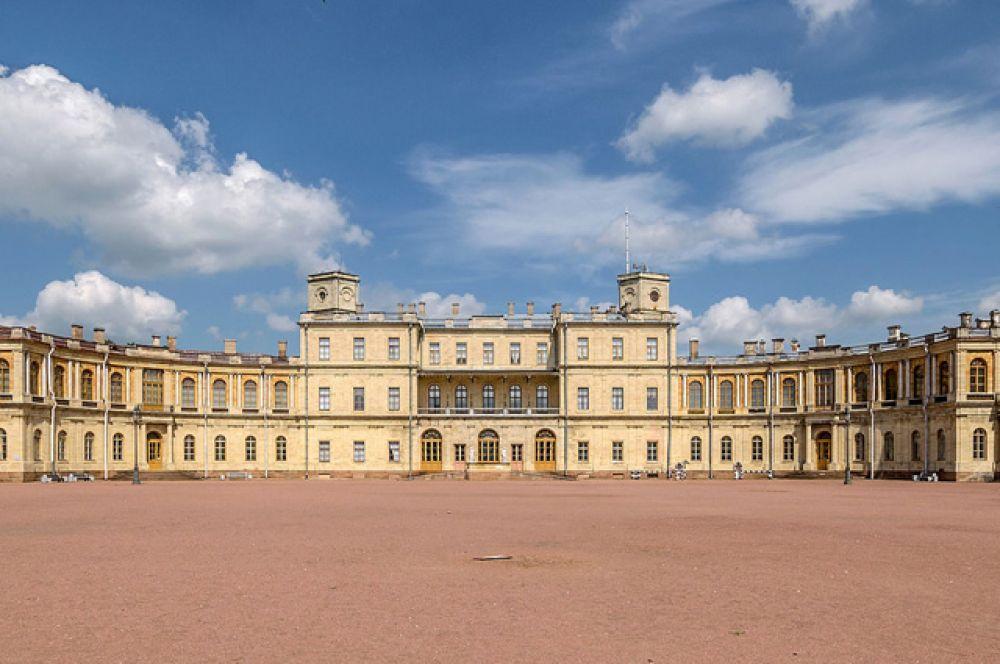 Гатчинский дворец, замечательный памятник архитектуры и истории, серьёзно пострадал в годы Великой Отечественной войны. Его реставрация началась только в 1976 году. Однако дворец во всем великолепии его внутреннего убранства предстаёт на акварелях художника.