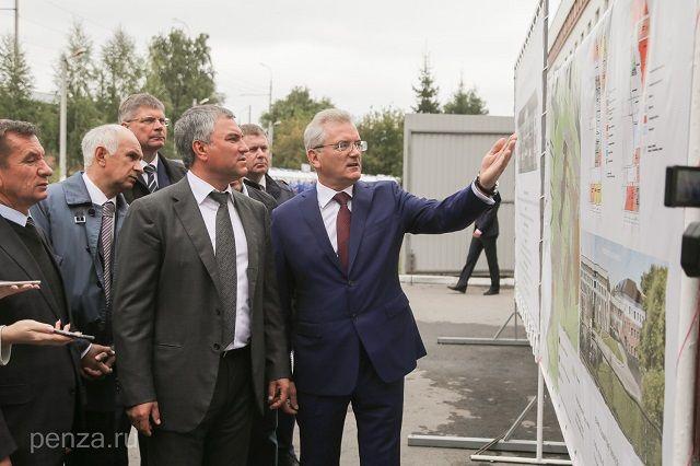 Иван Белозерцев рассказал Вячеславу Володину, каким будет новое здание областной станции скорой помощи.
