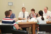 Председатель Заксобрания РО Александр Ищенко ведет приём погорельцев на Станиславского, 302