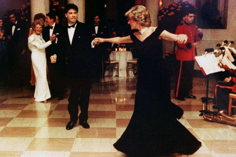 Принцесса Диана танцует с Джоном Траволтой на приёме в Белом доме, 9 ноября 1985 года.
