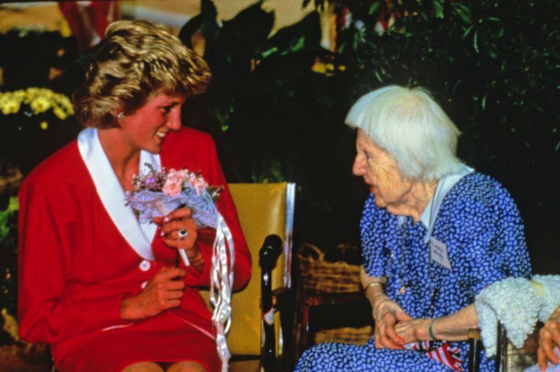 Принцесса Диана беседует с жителями хосписа для престарелых во время своего трёхдневного визита в Вашингтон, 1985 год.