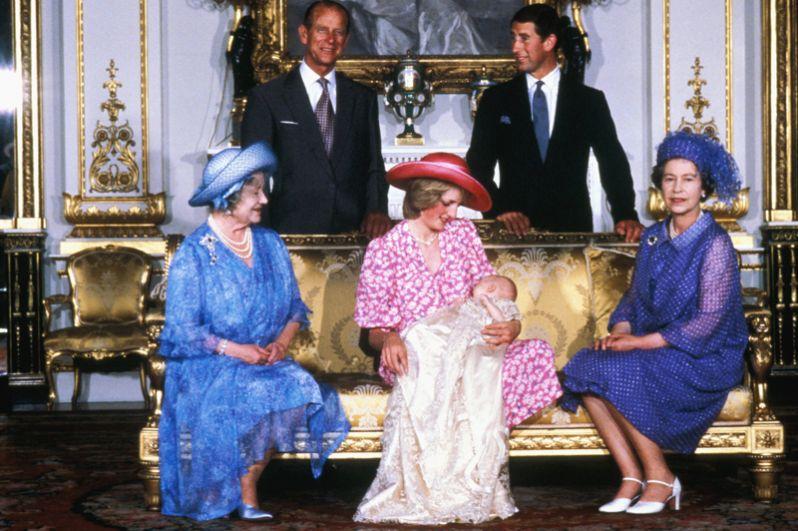 Крещение первого сына принца Чарльза и Дианы Уильяма в Букингемском дворце, 4 августа 1982 года.