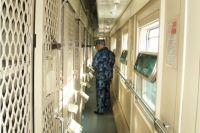 В вагонах для заключённых вместо обычных купе - камеры с решётками.