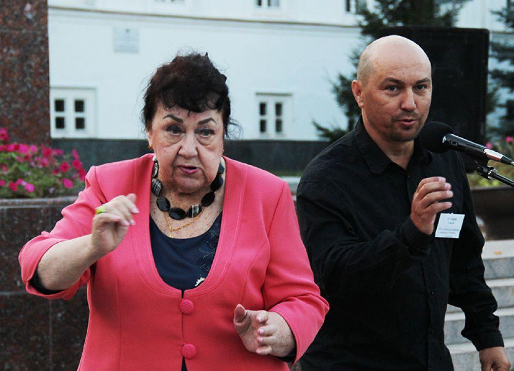 Призёров поздравляет Лидолия Никитина