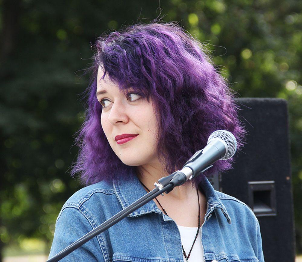 Вокалистка Анна Калашникова привлекла внимние не только вокалом, но и цветом волос...