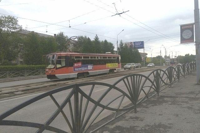 По дамбе вновь курсируют трамвайные маршруты.