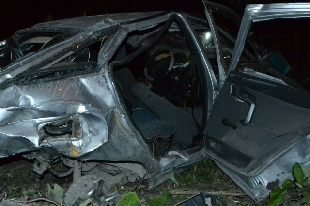 От сильного удара автомобиль превратился в груду металлолома.