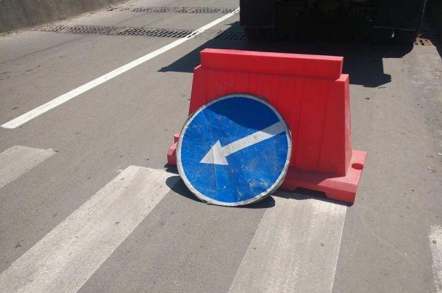 Пьяный тюменец сбил опору освещения и дорожный знак