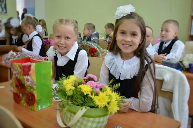 Школьники впервые после летних каникул сели за парты