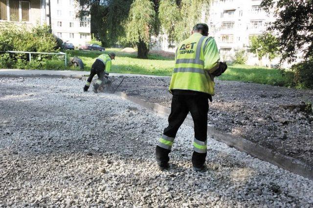 Во многих Омских дворах происходит замена дорожного полотна на тротуарах и междворовых проездах.
