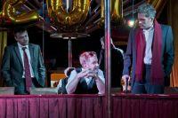 Новая пьеса написана в стиле криминальных комедий Тарантино и Гая Ричи.