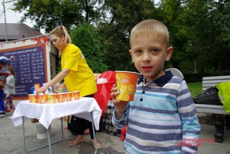 Под жарким сентябрьским солнцем горожане могли утолить жажду лимонадами и квасом