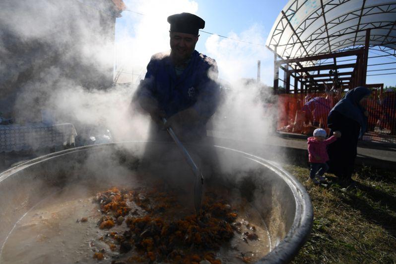 Приготовление плова в Казани в день праздника жертвоприношения Курбан-байрам.