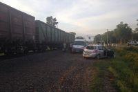 На переезде под Неманом поезд протаранил легковой автомобиль.