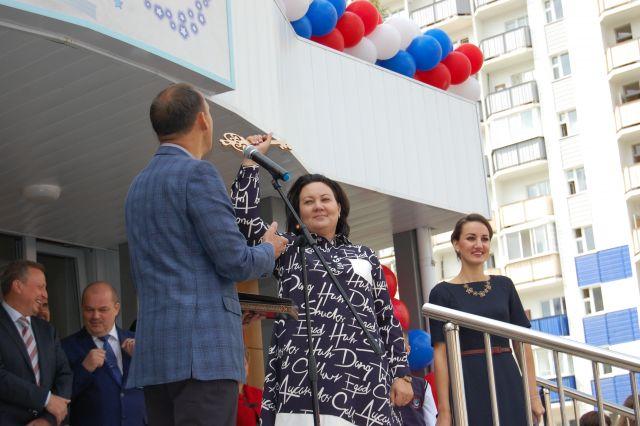 Руководитель строительной организации передал ключи от школы её директору.