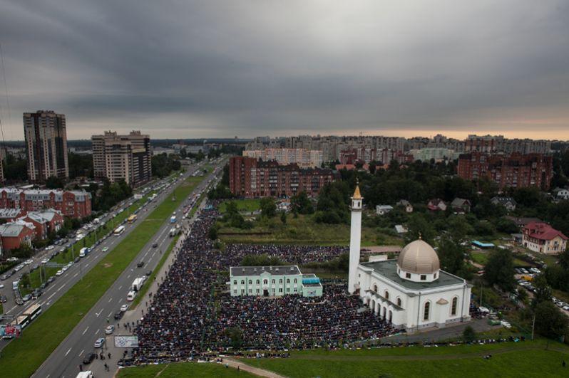 Мусульмане в день праздника жертвоприношения Курбан-байрам в Санкт-Петербурге.