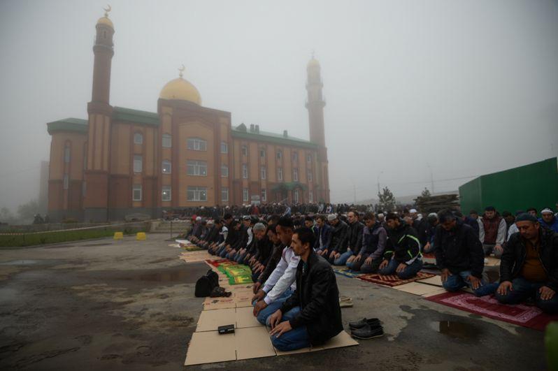 Мусульмане в день праздника жертвоприношения Курбан-байрам возле мечети имени шейха Кунта-Хаджи Кишиева на улице Мира в Новосибирске.