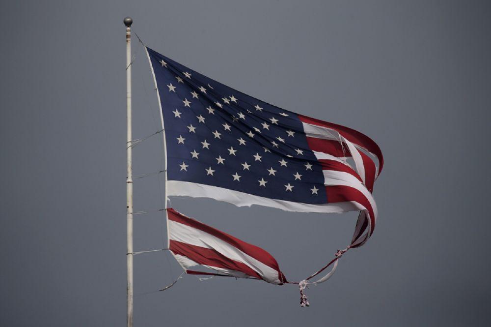 29 августа. Последствия урагана Харви в США: разорванный американский флаг в Конрое, штат Техас.