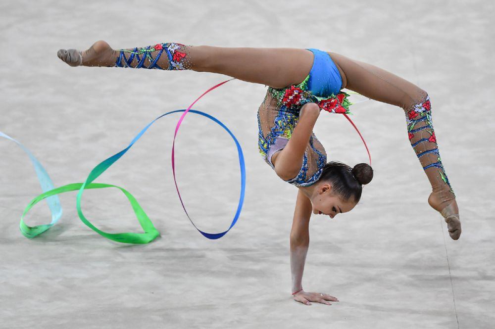 31 августа. Арина Аверина (Россия) выполняет упражнения с лентой в индивидуальных соревнованиях на чемпионате мира по художественной гимнастике в итальянском Пезаро.