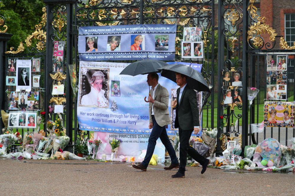 30 августа. Британские принцы Уильям и Гарри пришли почтить память своей матери, принцессы Дианы к воротам её бывшей резиденции — Кенсингтонского дворца в Лондоне.