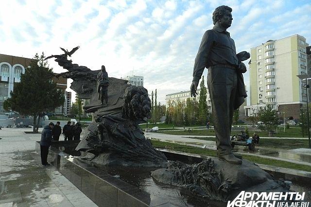 Памятник Мустаю Кариму в Уфе