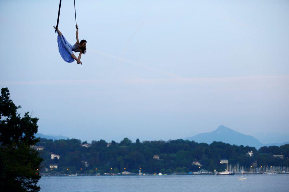 28 августа. Российская акробатка Екатерина Степанова, гастролирующая со швейцарским национальным цирком, выступает рядом с озером Леман в Женеве.