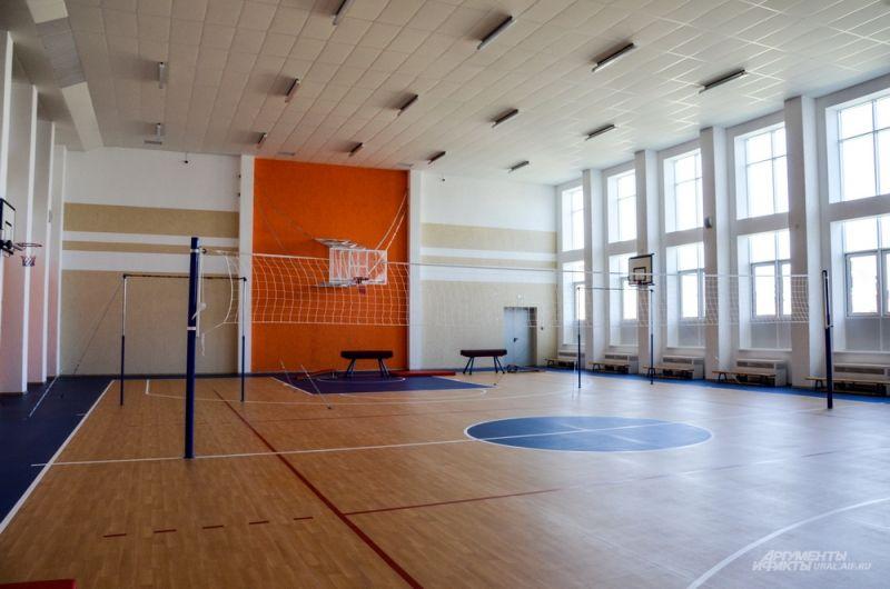 В первую очередь чиновникам показали спортивный зал, где автоматически регулируется температура воздуха.