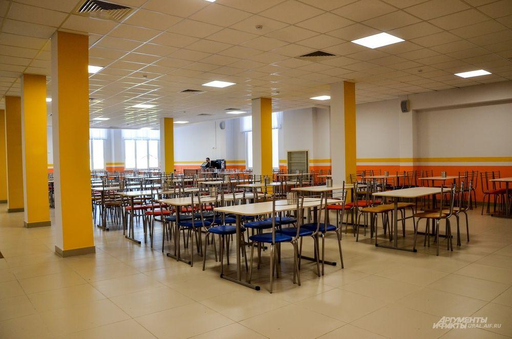 Школьная столовая очень большая и просторная.