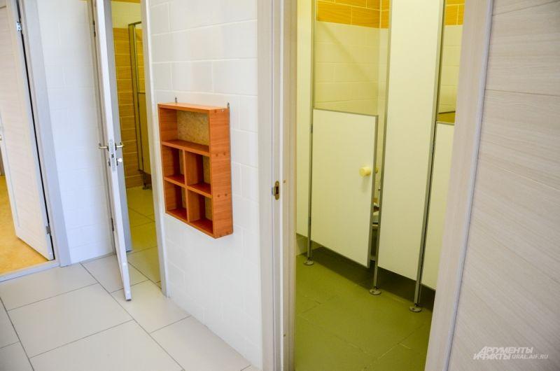Маленькие раковины и маленькие туалетные кабинки.