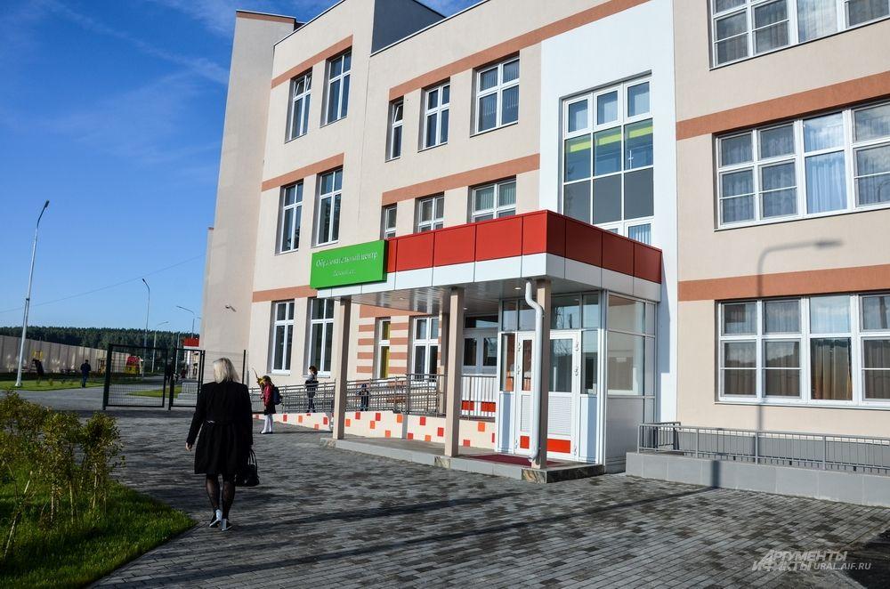 Новая школа находится на улице Речной 36/1 прямо на въезде в Мичуринский.