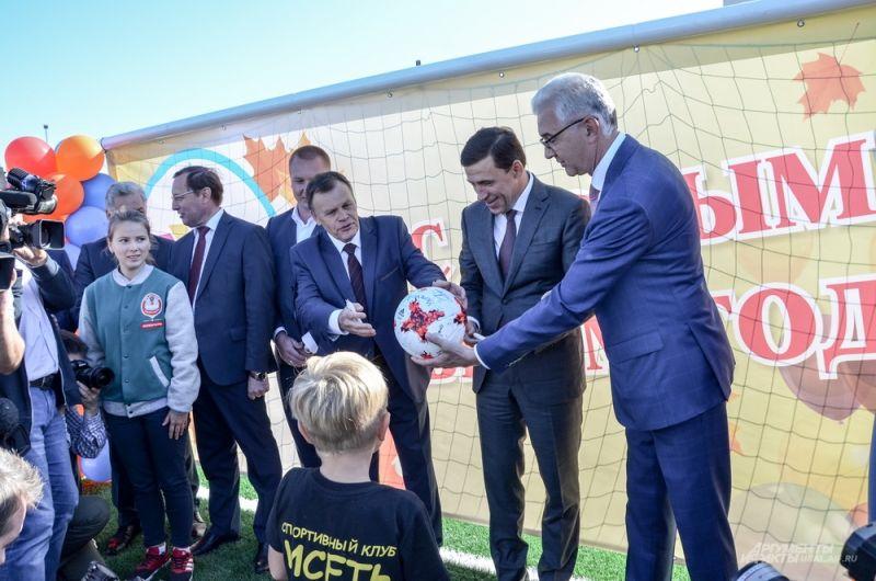 Напоследок чиновники расписались на футбольном мяче учеников заведения, пожелав им удачи.