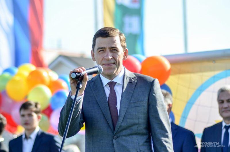 Глава региона поздравил детей с Днем знаний и рассказал, что в 30-х года прошлого века на месте новой школы стояли бараки.