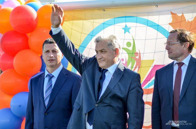 Областные министры слева направо: Леонид Рапопорт (спорт), Юрий Биктуганов (образование), Павел Креков (культура).